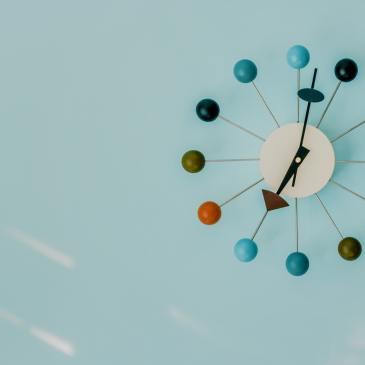 ceas futurist cu bile colorate pe fundal bleu-azur